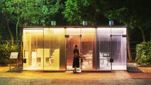 Los sorprendentes baños públicos transparentes en Japón