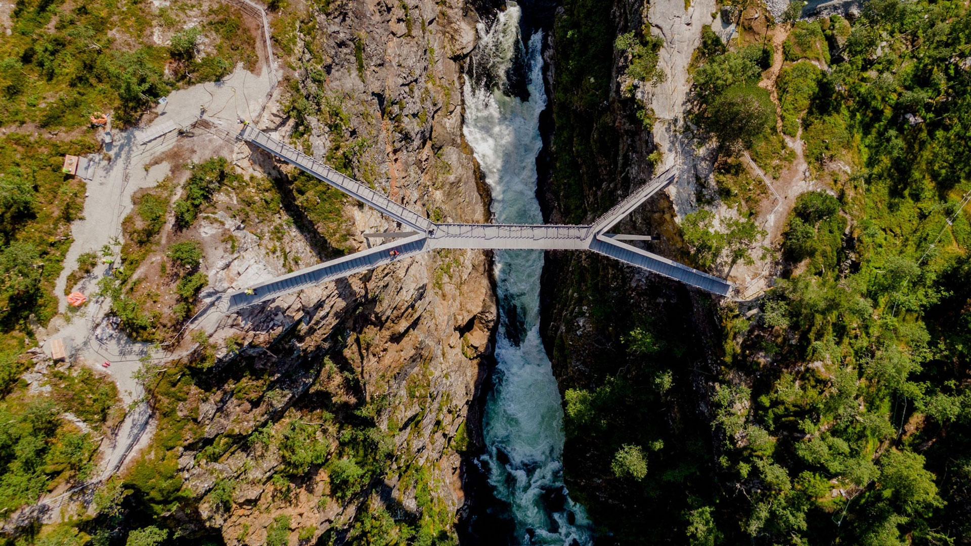 El espectacular puente que flota sobre cascadas en Noruega