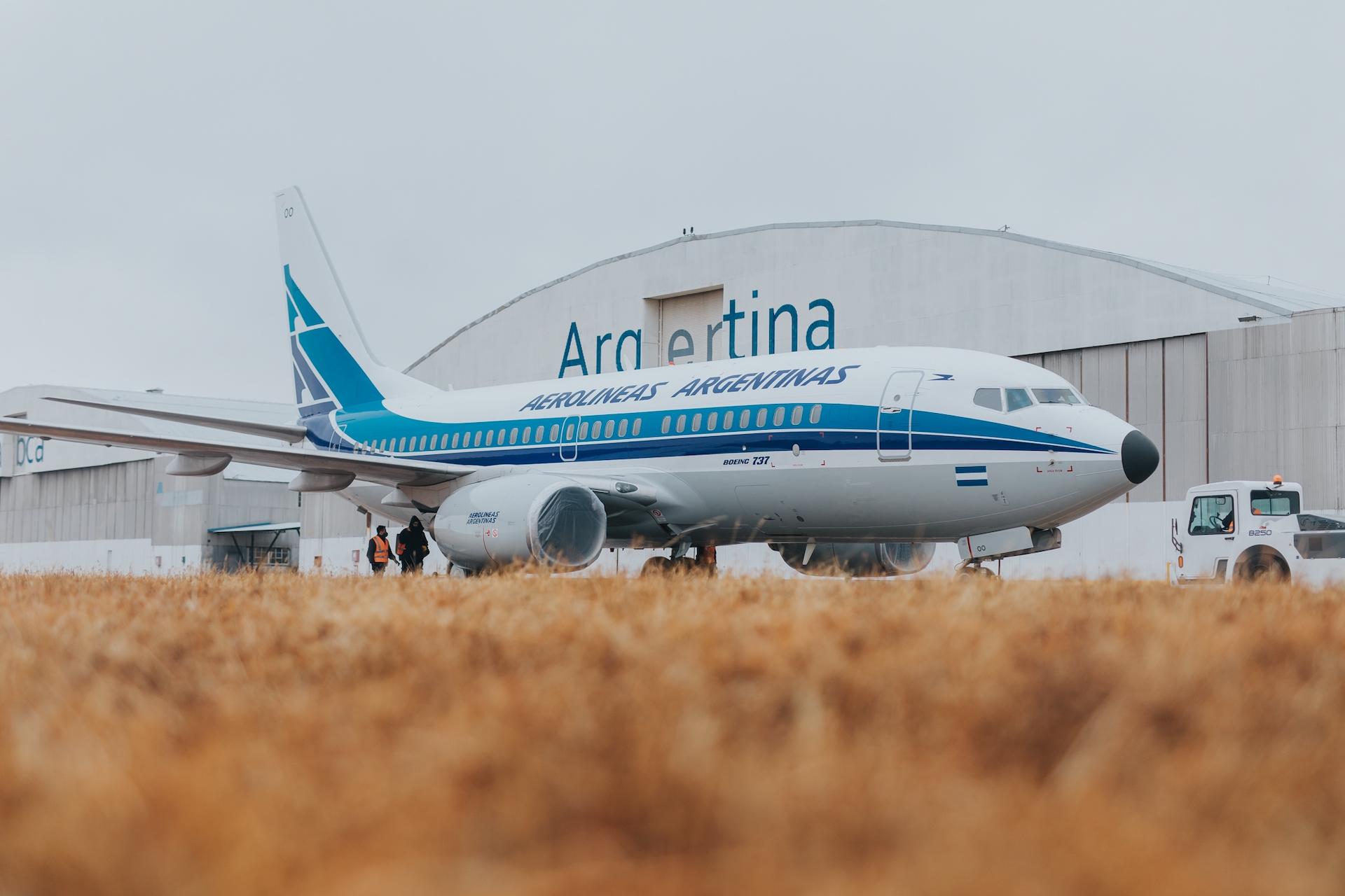 Las imágenes del avión retro de Aerolíneas Argentinas celebrando sus 70 años