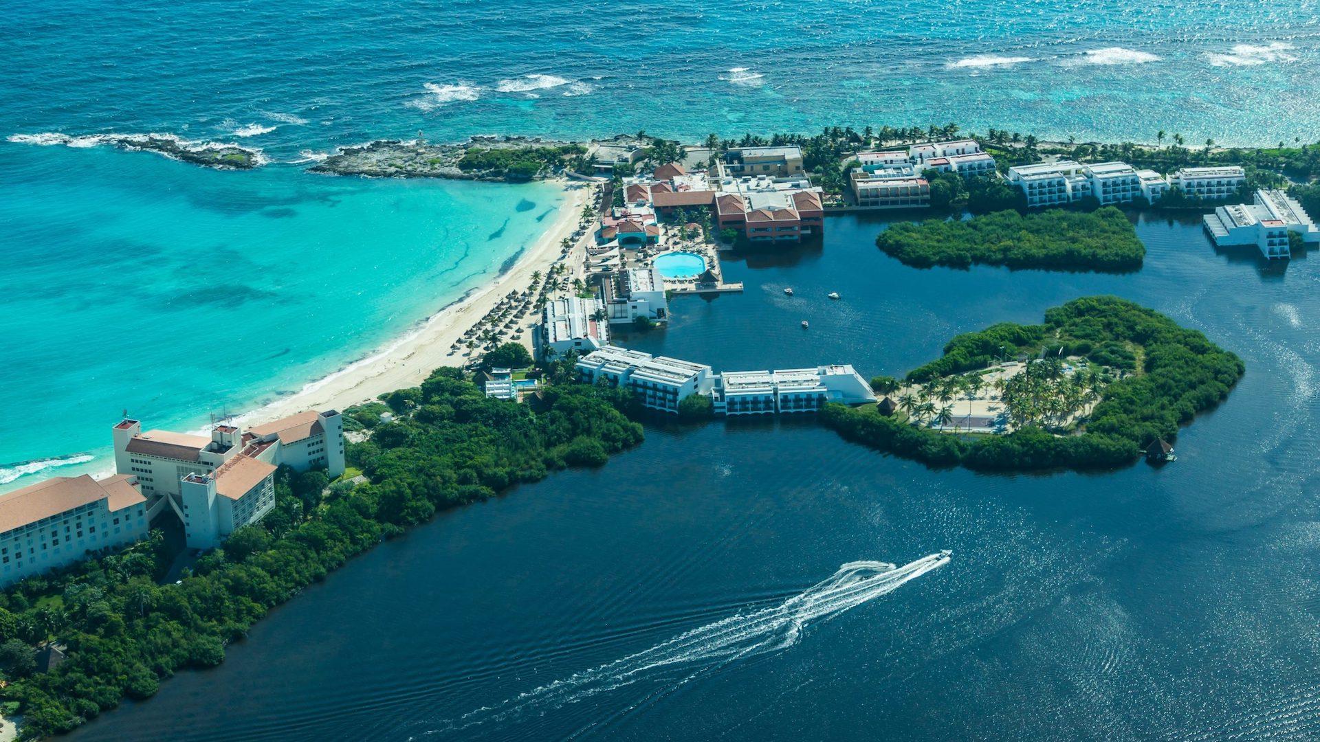¿Qué hacer en Cancún? Visitar la Laguna de Nichupté, imperdible de México