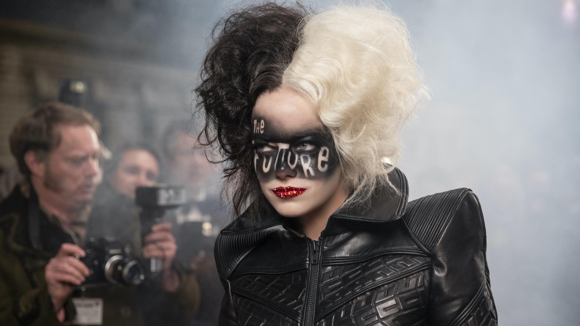 REVIEW Cruella: Disney reinventa a la villana entre el glamour y la venganza