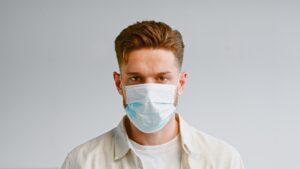 Hay que volver a usar barbijos y máscaras faciales aún estando vacunados
