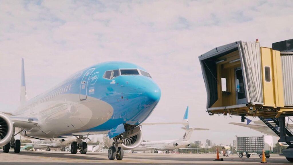 Por qué no volar en Aerolíneas Argentinas: vuelos cancelados y low cost