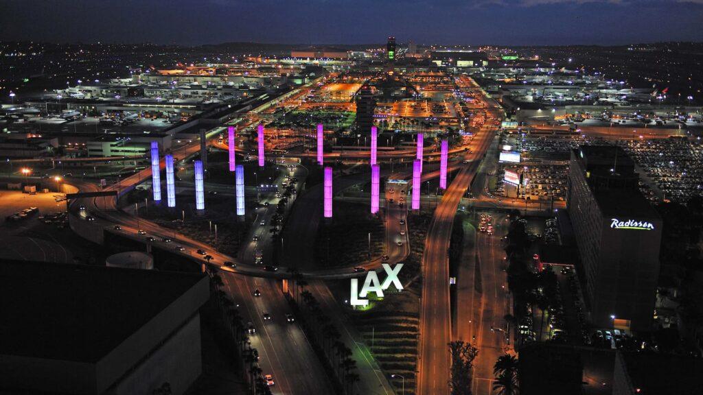 Se puede vacunar gratis en el aeropuerto de Los Ángeles