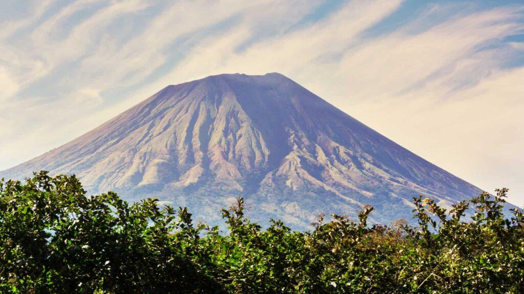 ¿Cuáles son los volcanes que se pueden visitar por turismo?